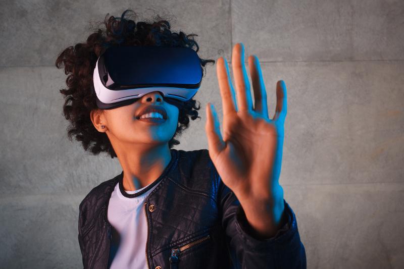 VRのヘッドセットをした女性