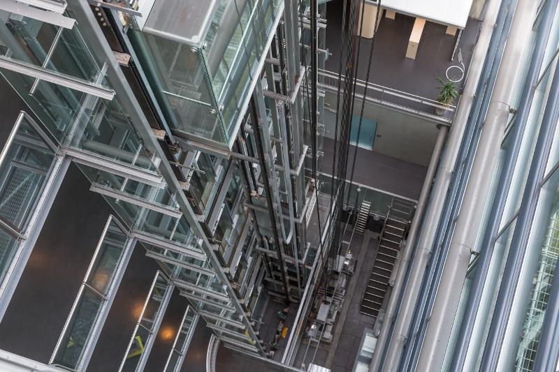 上層階から見下ろした高層ビルのエレベーター