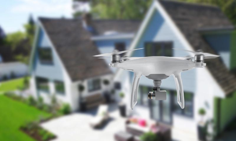一軒家の近くを飛行するドローン