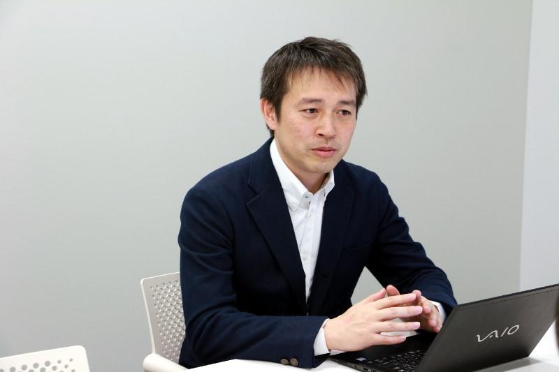 インタビューを受けるソニーコミュニケーションネットワーク株式会社 IoT事業部門営業推進部営業企画課課長 鈴木良平氏