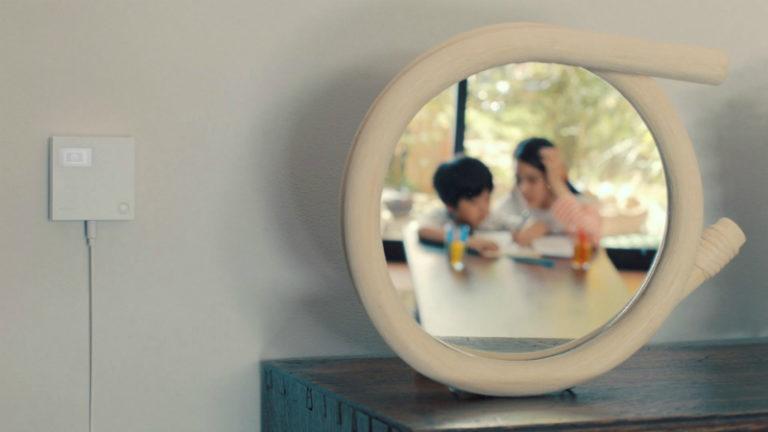 室内の鏡に映る二人の子ども